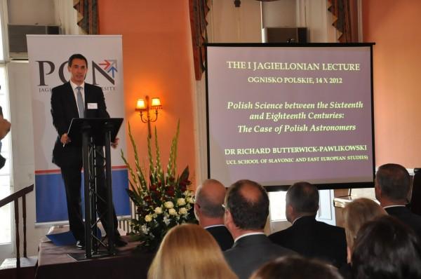 Dr Richard Butterwick-Pawlikowski podczas pierwszego wykładu jagiellońskiego w Londynie. Fot. Magdalena Czubińska